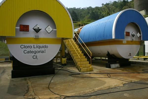 Tanques com cloro e outros produtos químicos usados para tornar a água potável (Foto: Anne Vigna)
