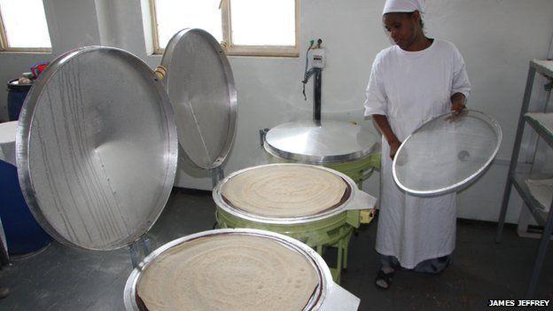 Grão é transformado em pão achatado acinzentado chamado 'injera'.