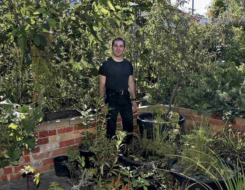 """O agricultor urbano e farmacêutico Angelo Eliades em sua """"fazenda"""" em Melbourne, na Austrália. Foto: Deep Green Permaculture"""