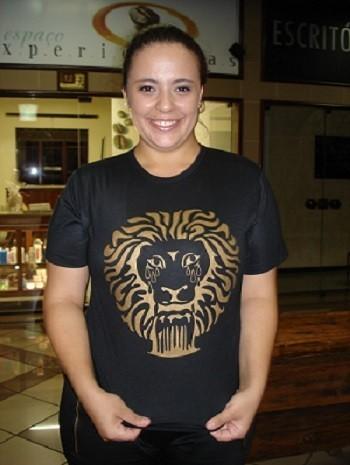 A estudante Letícia Rodrigues mostra a camiseta que desenhou para o grupo Amar'Água com o Leão, símbolo das fontes minerais, chorando. Foto: Marina Almeida